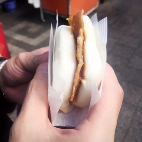南京町食べ歩き 北京ダックバーガー