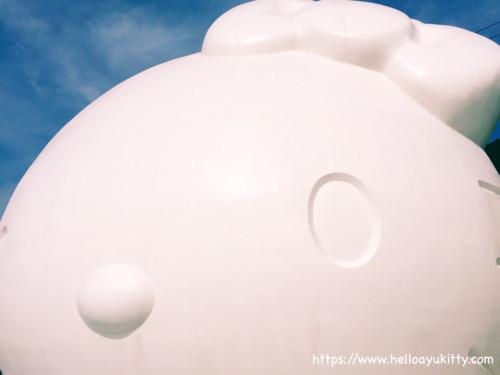 真っ白な巨大キティ